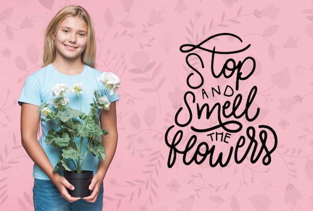 Ruik de bloemen schattig jong meisje