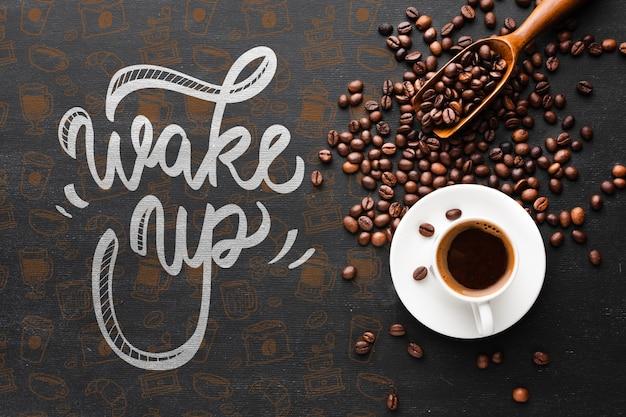 Sabrosa taza de café y granos de café de fondo