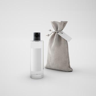 Saco marrón y frasco de perfume