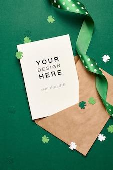 Saint patricks day uitnodigingskaart mockup met papieren klaverblad