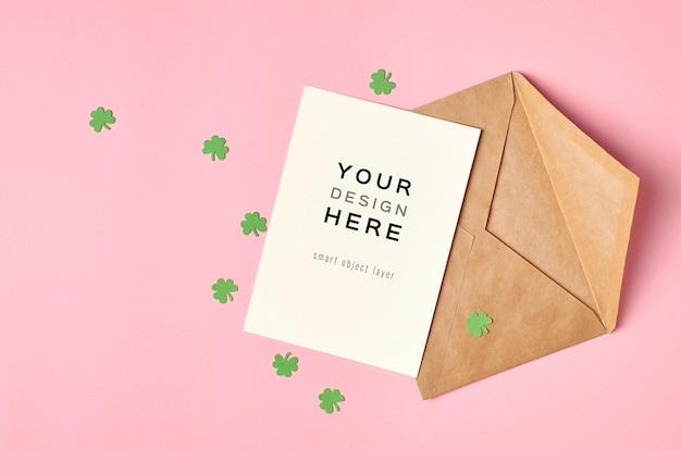 Saint patricks day wenskaart mockup met papieren klaverblad op groen