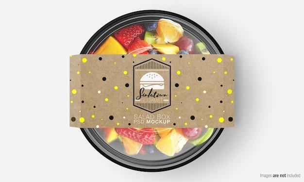 Salade doos mockup met papieren omslag op fruitsalade