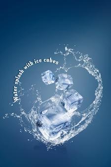 Salpicaduras de agua con cubitos de hielo aislados sobre un fondo azul y espacio de copia