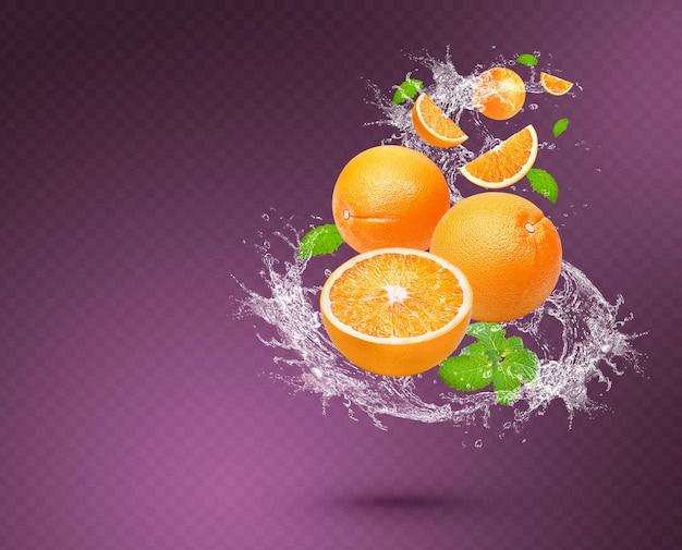 Salpicaduras de agua en naranja con menta aislado sobre fondo morado. psd premium