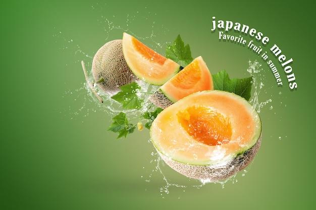 Salpicaduras de agua en rodajas de melones japoneses sobre fondo verde