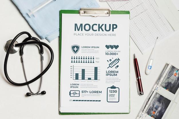 Salud y medicina con maqueta de estetoscopio.