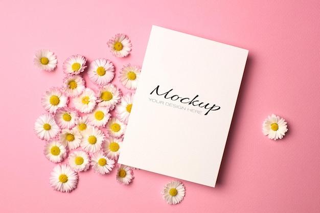 Saludo o invitación de boda o maqueta de tarjeta con flores de margarita