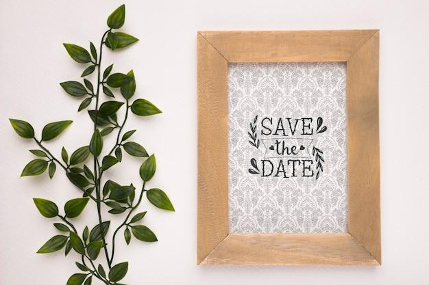 Salvare la data con cornice e pianta in legno mock-up