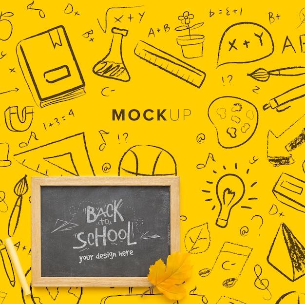 Samenstelling van bovenaanzicht met schoolbord mock-up