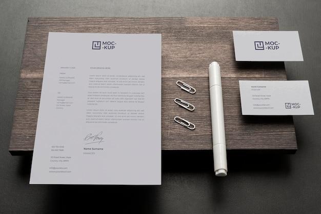 Samenstelling van mock-up briefpapier op hout