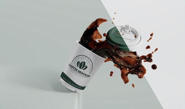 Samenstelling van papieren koffiekopje met koffieplons