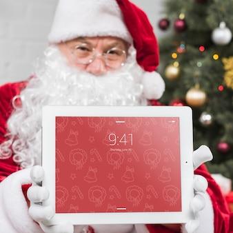Santa presentando mockup de tableta