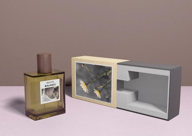 Scatola del profumo accanto alla bottiglia di profumo