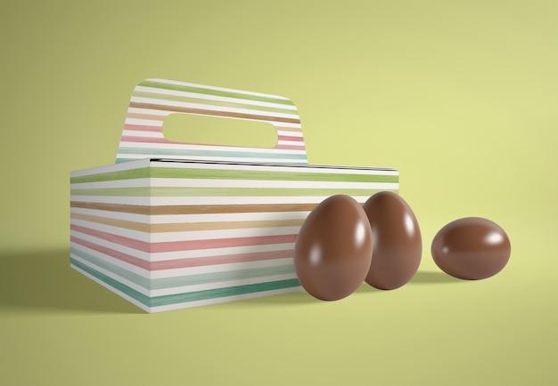 Scatola di cartone animato ad alto angolo con uova di cioccolato