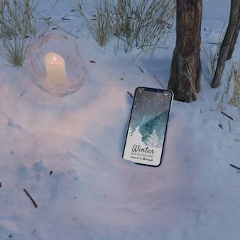 Scena congelata con telefono e candela
