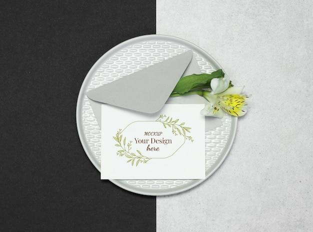 Scheda dell'invito di mockup su sfondo nero grigio