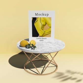 Scheda sul tavolo con agrumi e ombra