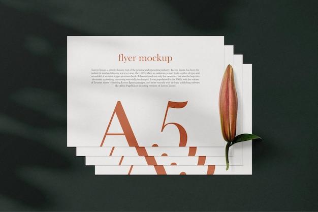 Schone minimale a5 flyer mockup op achtergrond met bladeren. psd-bestand.
