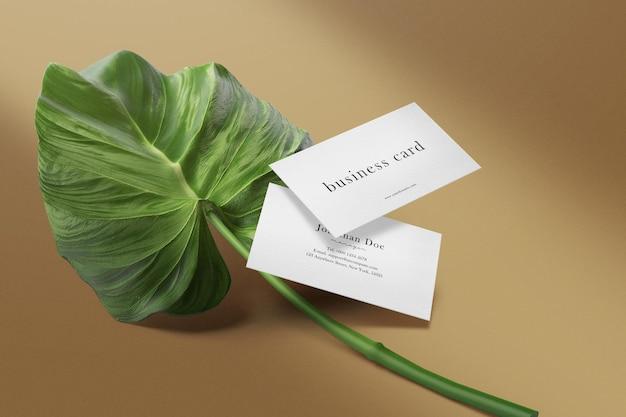 Schone minimale mockup voor visitekaartjes op document