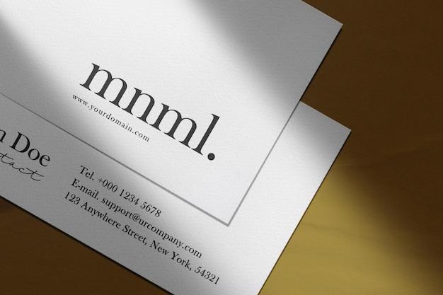 Schone minimale mockup voor visitekaartjes op papier