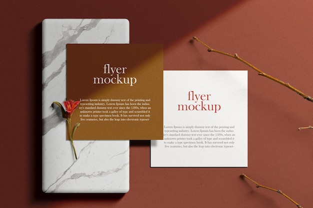 Schone minimale vierkante flyer mockup op marmeren plaat met stok en bloem