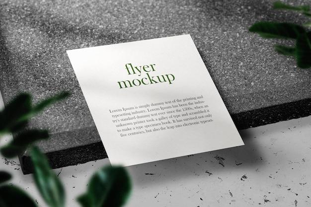 Schone minimale vierkante flyer op bovenste steen met bladeren en schaduw. psd-bestand.