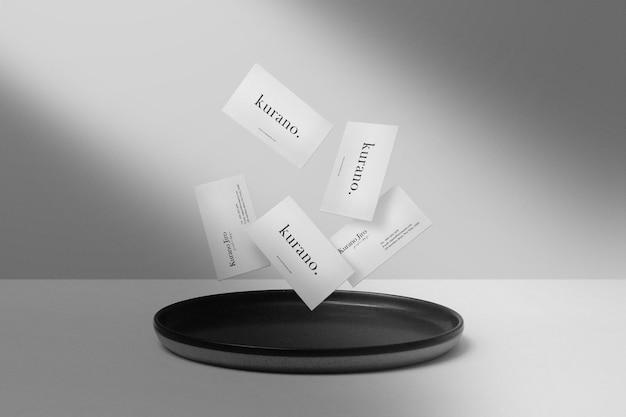 Schone minimale visitekaartje mockup zweven op zwarte plaat