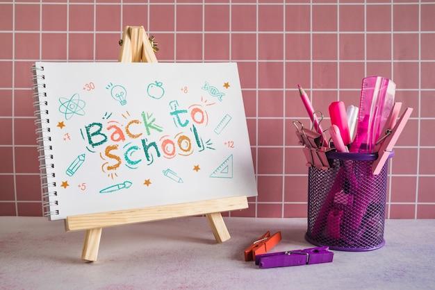 Schoolbenodigdheden met houten schildersezel