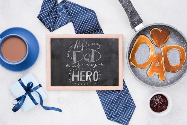 Schoolbord voor vaderdag met pannenkoeken en koffiekopje