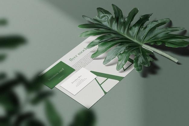 Schoon minimaal visitekaartje en a4-model op achtergrond met blad. psd-bestand.