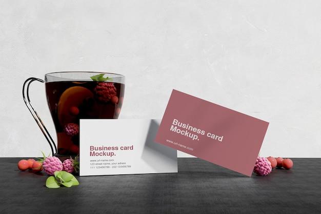 Schoon minimaal visitekaartjemodel met fruit op donkere tafel