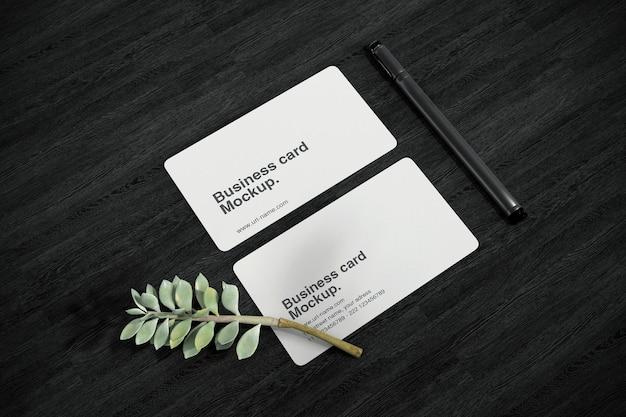 Schoon minimaal visitekaartjemodel op donkere tafel