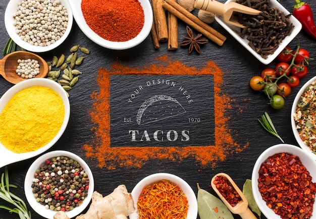 Scritte tacos e cornice di cannella mock-up circondato da spezie ed erbe