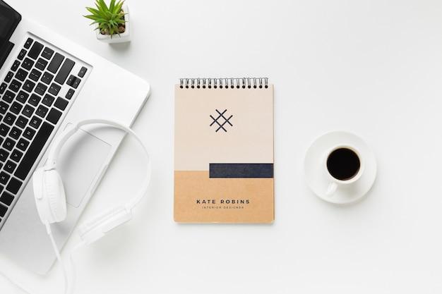 Scrivania con laptop e notebook mock-up