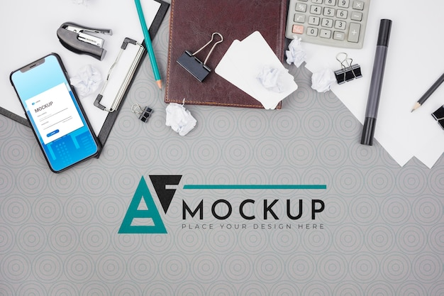 Scrivania da ufficio con accessori business mock-up