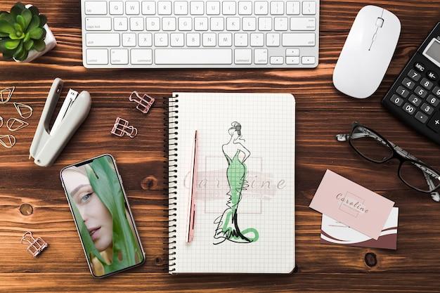 Scrivania da ufficio con notebook mock-up