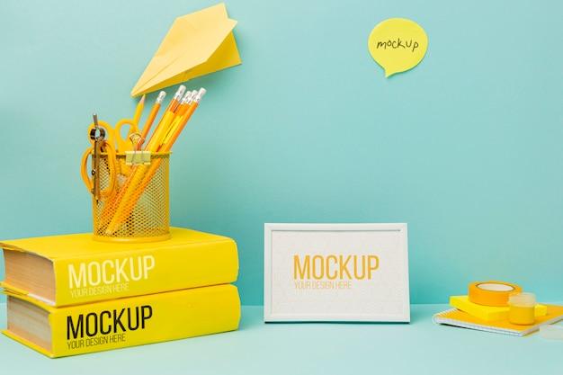 Scrivania minimal di cancelleria con mock-up