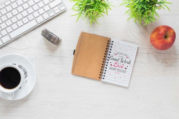Scrivania semplice vista dall'alto con mock-up per notebook