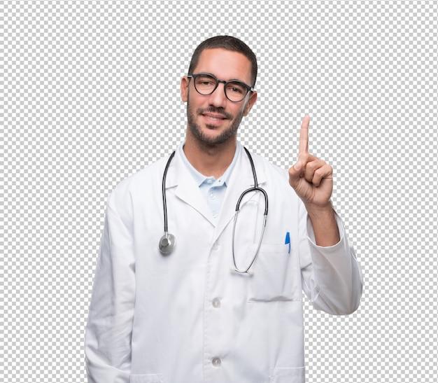 Seguro médico joven con un gesto de número uno.