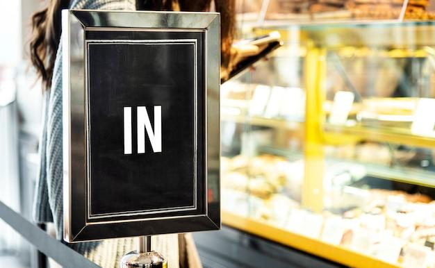 En señal de maqueta en la parte delantera de un café.