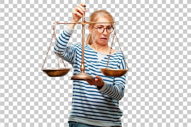 Senior bella donna con un equilibrio di giustizia o scala