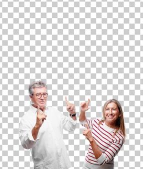 Senior cool marito e moglie sorridente e ballando al divertimento