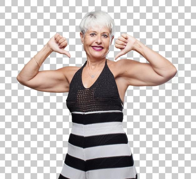 Senior coole vrouw met een trotse, vrolijke en zelfverzekerde uitdrukking; lachend en zeker van succes