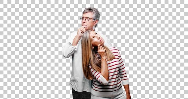 Senior, fresco marito e moglie con uno sguardo sciocco, sciocco, sciocco, sentendosi scioccato e confuso