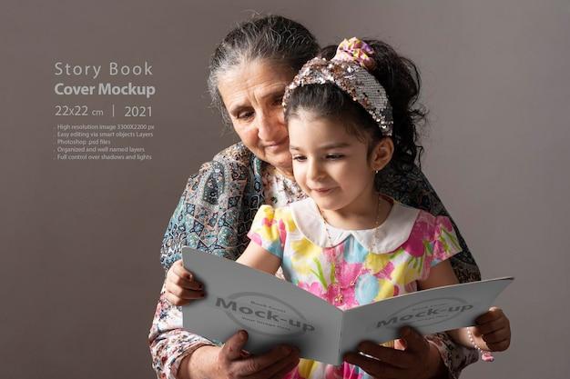 Senior grootmoeder met haar kleindochter die samen een boek leest