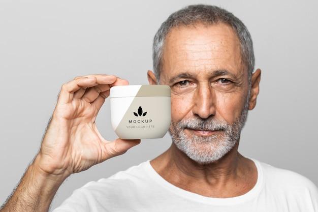 Senior man met crème container