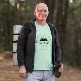 Senior man op camping met een mock-up t-shirt