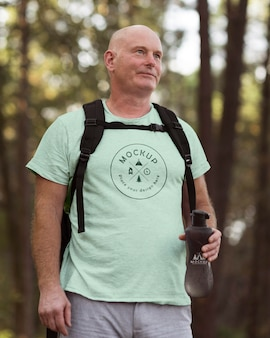 Senior man op camping met een mock-up t-shirt