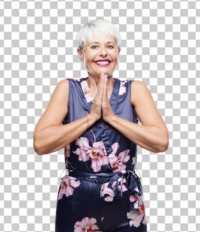 Senior mujer fresca rezando de manera santa, rogando