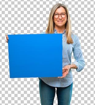 Senior mujer hermosa con un cartel